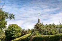 Каменный крест среди кустов, Trouzent (Франция) Стоковые Изображения RF