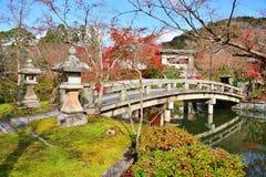 Каменный мост в виске наследия Eikando Zenrinji Стоковая Фотография