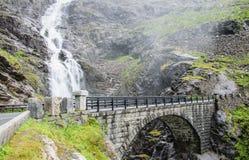 Каменный мост в горах Водопад около серпентина Trollstigen Стоковая Фотография