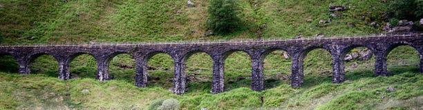 Каменный мост в гористой местности, Шотландия Стоковые Изображения RF