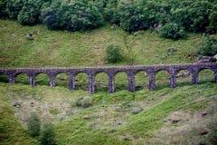 Каменный мост в гористой местности, Шотландия Стоковое Фото