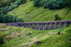 Каменный мост в гористой местности, Шотландия Стоковые Фотографии RF