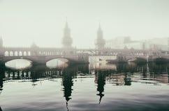 Каменный мост в тумане утра Стоковая Фотография RF