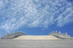Каменный мост над голубым небом Стоковые Фотографии RF