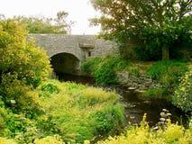 Каменный мост над потоком мельницы Стоковые Изображения