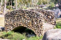 Каменный мост над потоком Предпосылка моста утеса Стоковое фото RF