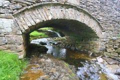 Каменный мост над потоком Стоковые Изображения