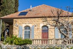 Каменный дом, сдобренные окна с штарками, Иерусалимом Стоковые Изображения