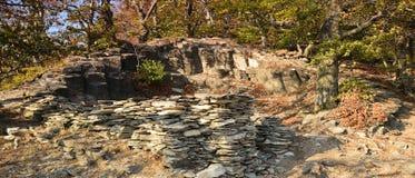 Каменный памятник в осеннем лесе на холме Maly Bezdez в зоне kraj чеха Machuv 13-ого октября 2018 стоковые фото