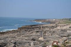 Каменный пляж около форта St. George октав в Cascais o arachnids стоковые фото