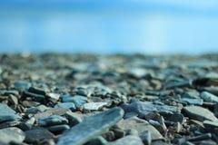 Каменный пляж под голубым небом Стоковое Фото