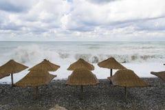 Каменный пляж во времени шторма Стоковые Фотографии RF