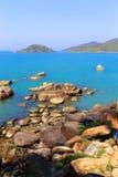 Каменный пляж около острова в Индии стоковое фото rf