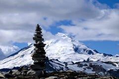 Каменный силуэт пирамиды из камней против ледника на верхней части горы Стоковые Фотографии RF