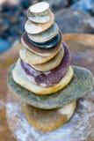 Каменный стог собрания совместно в пляже реки Стоковые Изображения