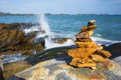 Каменный стог стабилизированный и выплеск волны на предпосылке Стоковые Фотографии RF