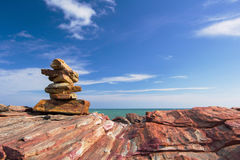 Каменный стог стабилизированный и выплеск волны на предпосылке Стоковые Фото