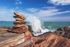 Каменный стог стабилизированный и выплеск волны на предпосылке Стоковое Фото