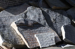 Каменный сляб выгравированный с буддийскими молитвами Стоковые Фото