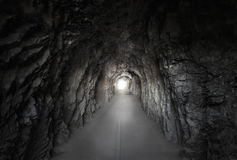 Каменный тоннель под горой Стоковые Изображения