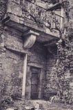 Каменный фасад в переулках маленькой средневековой деревни Bruniquel стоковое изображение