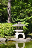 Каменный фонарик в японском саде Стоковое Изображение