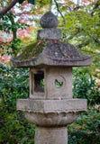 Каменный фонарик на виске в Киото, Японии Стоковое Изображение RF