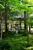 Каменный фонарик японского сада, Киото Японии Стоковое Изображение