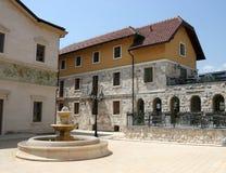 Каменный фонтан на квадратном Andricgrad Visegrad Стоковая Фотография RF