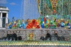 Каменный фонтан на территории выставки достижений национальной экономики стоковые изображения