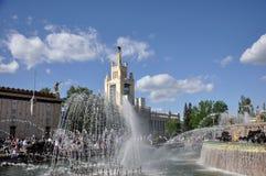 Каменный фонтан на территории выставки достижений национальной экономики стоковая фотография rf