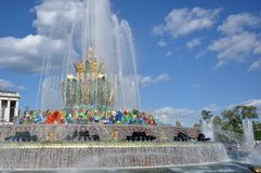 Каменный фонтан на территории выставки достижений национальной экономики стоковые изображения rf