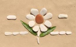 Каменный цветок на песке Стоковые Изображения RF