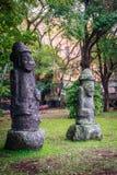 2 каменных идола (Dolharubang, камни деда) в Jeju Стоковые Изображения RF