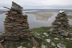 2 каменных пирамиды на предпосылке большого реки Стоковые Фотографии RF