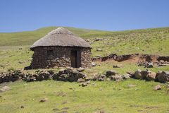 2 каменных rondavels с традиционными соломенными крышами Стоковое Изображение