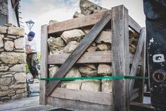 Каменщик восстанавливает дом с камнем в традиции NOIRMOUTI Стоковые Фотографии RF