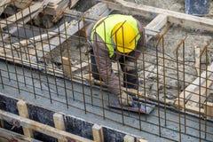 Каменщик выравнивая политый бетон с лопаткой Стоковая Фотография RF