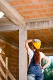 Каменщик женщины наблюдая вверх Стоковые Изображения RF