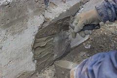 Каменщик используя лопатку стоковое изображение rf