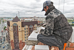 Каменщик на конструкции над уличным движением Стоковое Фото