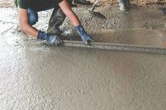 Каменщик строя цемент пальто screed стоковая фотография rf