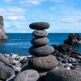 Камень баланса на побережье океана стоковое фото rf