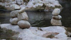 Камень баланса рекой акции видеоматериалы