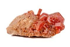 Камень ванадинита макроса минеральный на белой предпосылке стоковая фотография