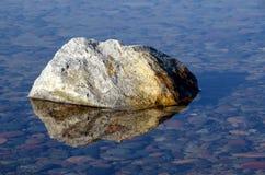 Камень в кристаллической воде прибалтийская эстония около somethere tallinn моря Стоковые Изображения