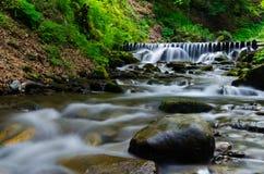 Камень в путе водопада Стоковое Фото