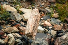 Камень в чувствительном балансе стоковая фотография