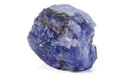 Камень голубого турмалина макроса минеральный на белой предпосылке стоковая фотография rf