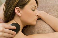 камень горячего массажа ослабляя Стоковые Изображения RF